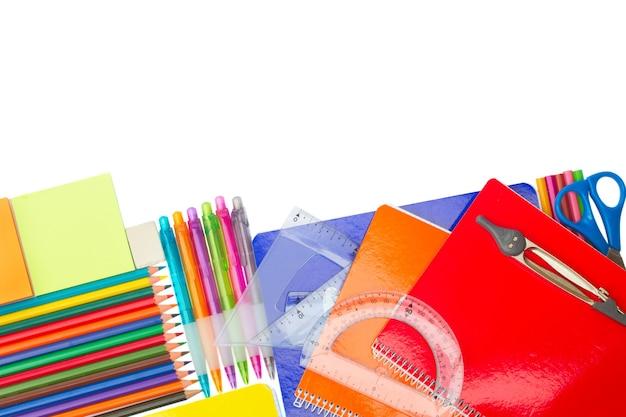 Caderno com borda de material escolar isolada