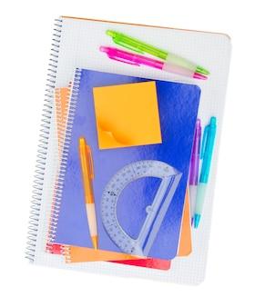 Caderno com conjunto de material escolar isolado