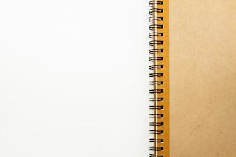 Caderno com espaço no fundo branco.