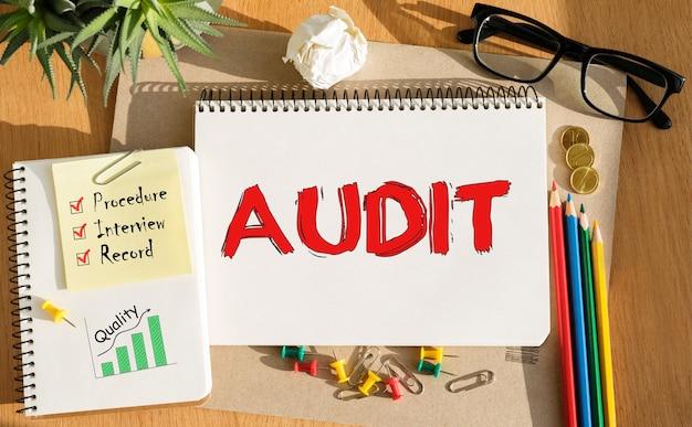 Caderno com ferramentas e notas sobre auditoria