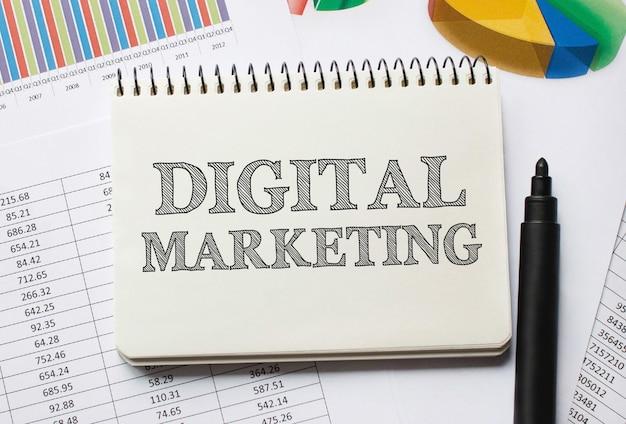 Caderno com ferramentas e notas sobre marketing digital, conceito