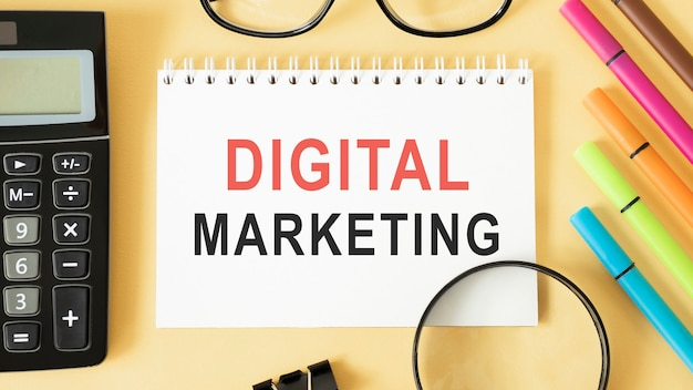Caderno com ferramentas e notas sobre marketing digital, conceito
