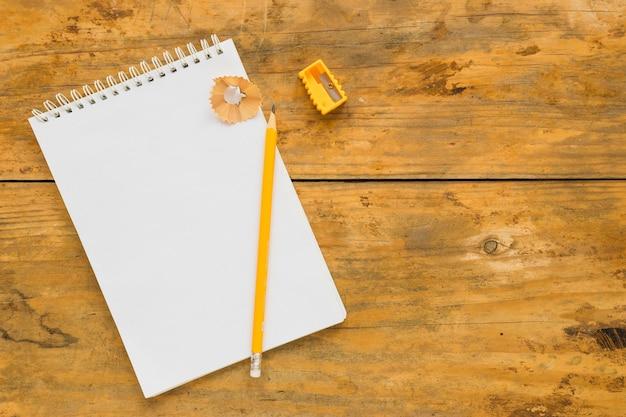 Caderno com lápis de escrita talhada
