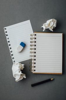 Caderno com lápis em fundo cinza