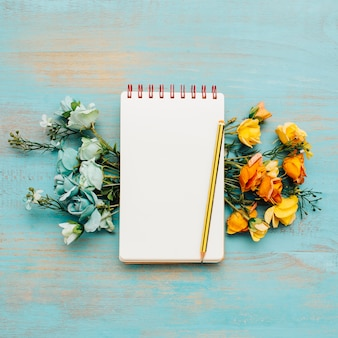 Caderno com lindas flores.