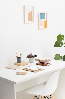 Caderno com lista de tarefas na mesa