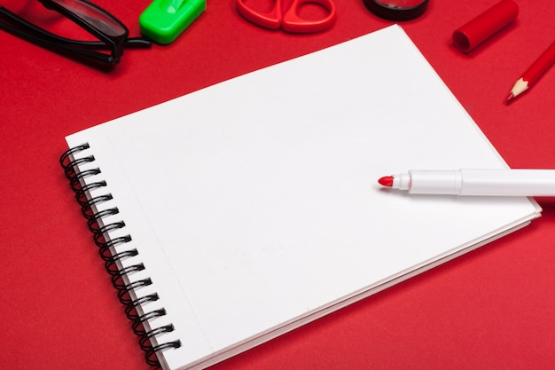 Caderno com marcador vermelho