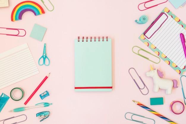 Caderno com material escolar colorido
