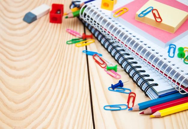 Caderno com material escolar