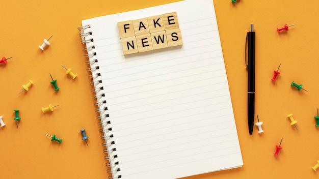 Caderno com mensagem falsa de notícias
