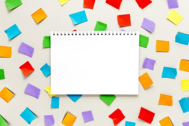 Caderno com notas autoadesivas