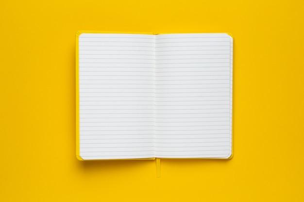 Caderno com páginas em branco no amarelo