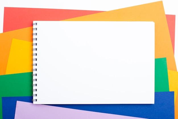 Caderno com papel colorido