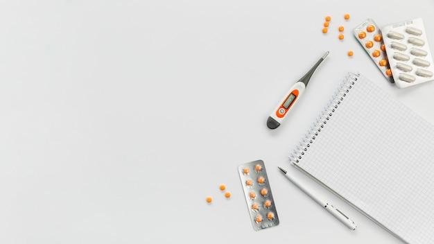 Caderno com pílulas ao lado