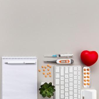 Caderno com pílulas e cópia-espaço