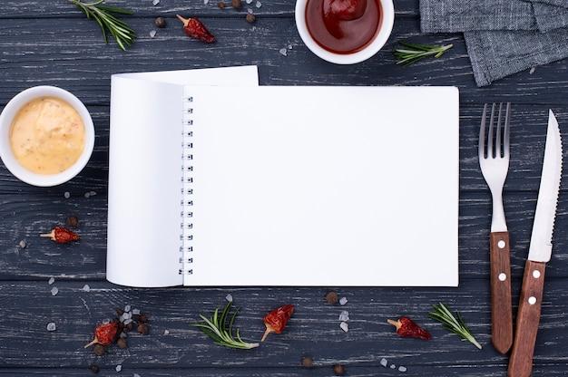 Caderno com talheres ao lado