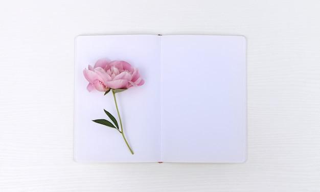 Caderno com uma peônia