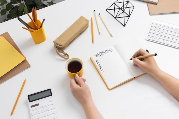Caderno com vista superior com lista de tarefas na mesa