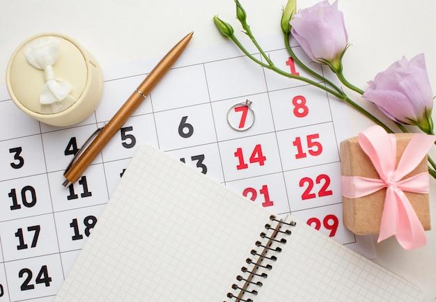 Caderno com vista superior e calendário de casamento