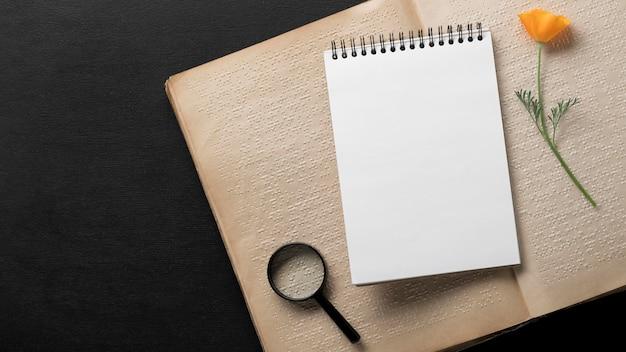 Caderno com vista superior em livro braille