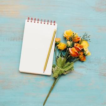 Caderno da escola com espaço da cópia e ramalhete.