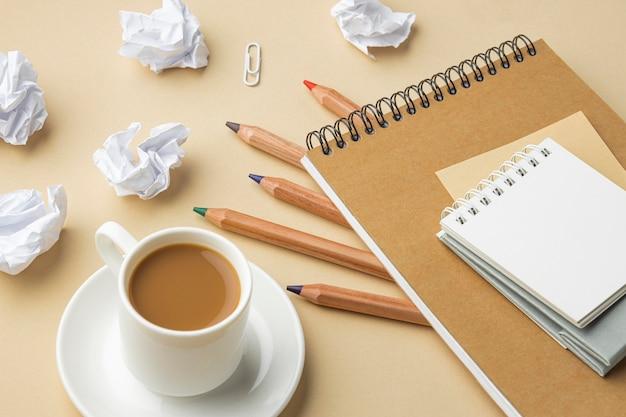Caderno de ângulo alto para reforma de casa com lápis de cor