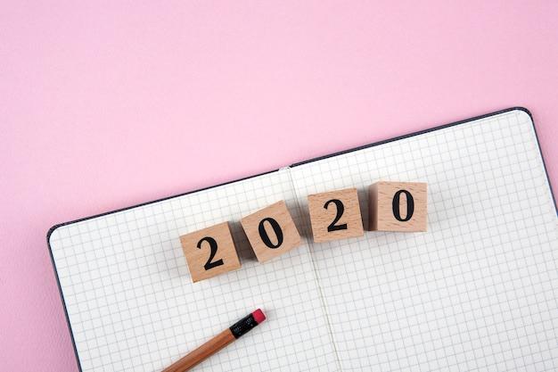 Caderno de ano novo 2020 em fundo rosa