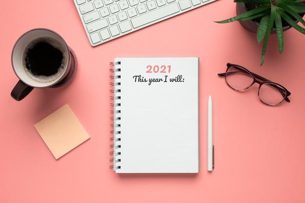 Caderno de ano novo de 2021 pronto para escrever metas nele