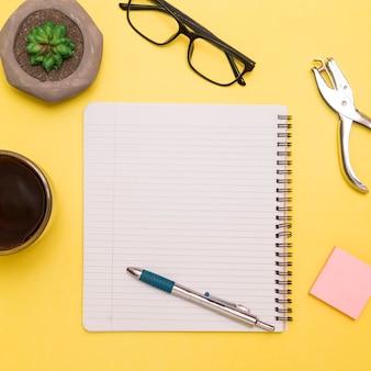 Caderno de configuração plana com caneta no espaço de trabalho criativo