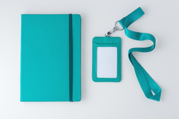 Caderno de couro com crachá e cordão, simulação