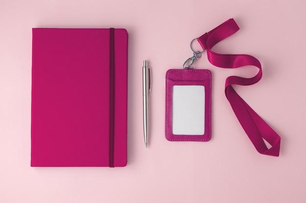 Caderno de couro rosa com crachá e cordão