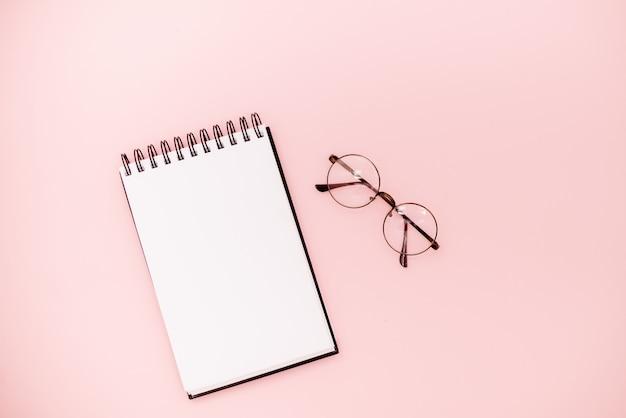 Caderno de desenho em espiral simulado acima em abstrato. conceito educacional de óculos