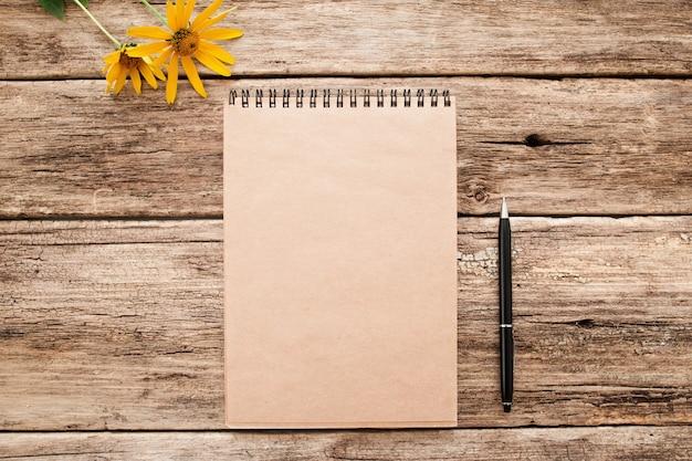 Caderno de desenho marrom em madeira velha
