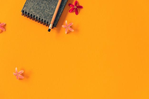Caderno de espaço com lápis