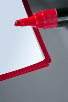 Caderno de espaço em branco de cópia com marcador de caneta vermelha grande