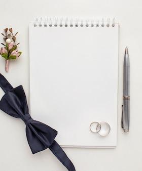 Caderno de espaço vazio de cópia de vista superior e gravata borboleta