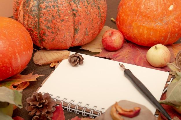 Caderno de frutas e vegetais de outono em fundo de madeira