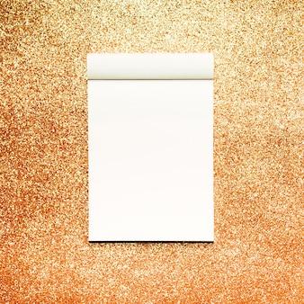 Caderno de maquete com fundo de glitter dourados