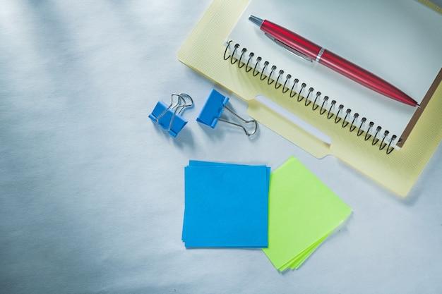 Caderno de notas pasta de papel caneta esferográfica clipes de documentos lembretes pegajosos