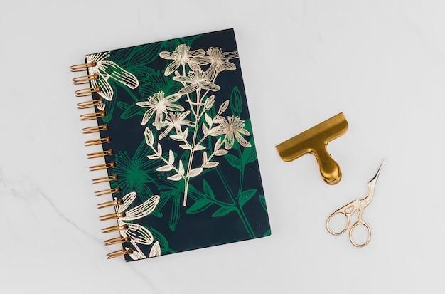 Caderno de ouro e floral