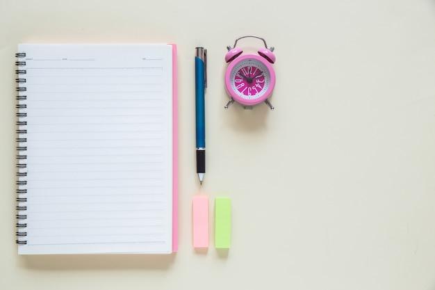 Caderno de papel em branco de vista superior no espaço de trabalho