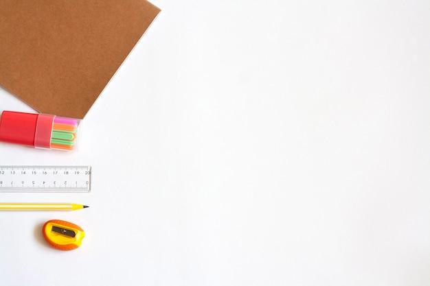 Caderno de papelaria, paus de contagem, régua, lápis e apontador, espaço de cópia