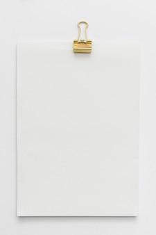 Caderno de vista superior com clipe de papel