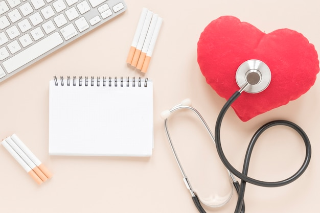 Caderno de vista superior com coração e estetoscópio