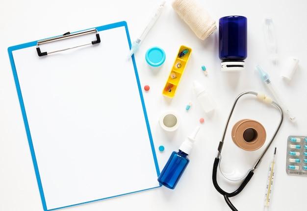 Caderno de vista superior com estetoscópio e analgésicos