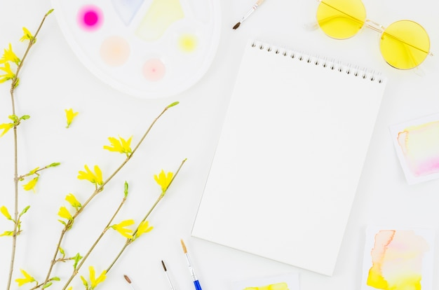 Caderno de vista superior com flores