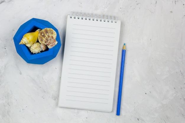 Caderno de vista superior com folha vazia