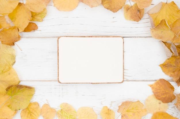Caderno de vista superior com quadro de folhas de outono