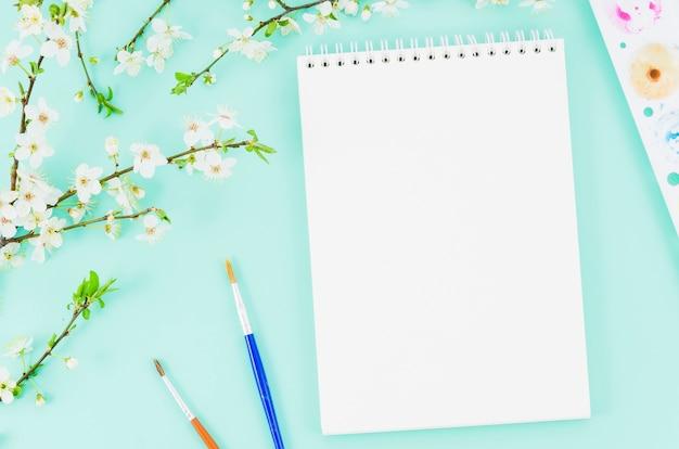 Caderno de vista superior com ramo de flores