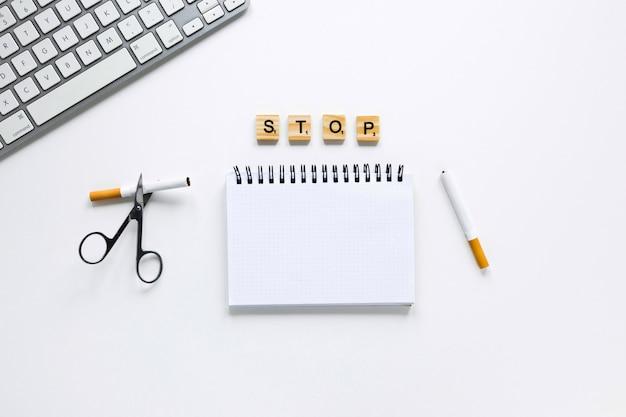 Caderno de vista superior com teclado e tesoura